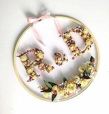 Dekorácie - Obraz vyšívaný kvetmi iniciály pre Dominku - 12220111_