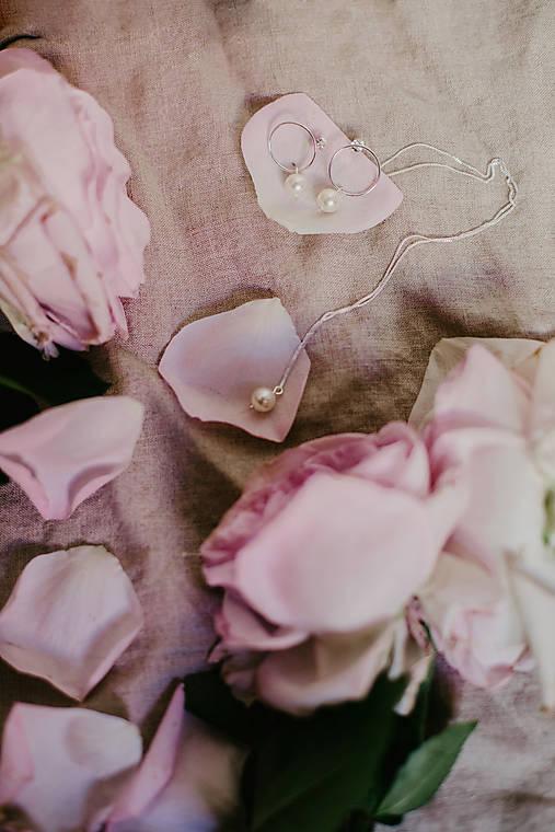 Strieborné náušnice - kruhy s perlami