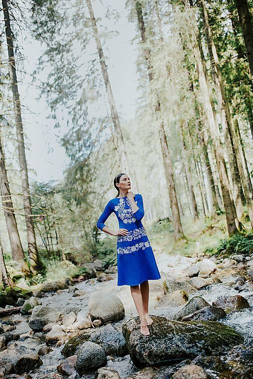 modré úpletové šaty Sága krásy