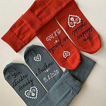 """Obuv - Maľované ponožky s nápisom: """"Môj manžel (Moja manželka) je šťastne ženatý (vydatá)"""" (""""Som šťastne ženatý/vydatá s/za ...(meno)"""" (Sivé + červené)) - 12220666_"""