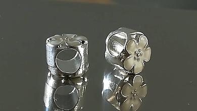 Korálky - Ozdobná kovová korálka a la PANDORA  (10x9mm - Biela) - 12223277_