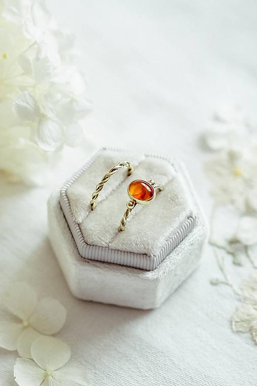 Prstene - Zlatý filigránový prsteň - Splynutie (Jantár) - 12246539_