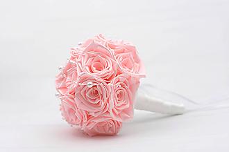 Kytice pre nevestu - Saténová kytica svadobná bledoružová ruže s perličkami - 12247932_