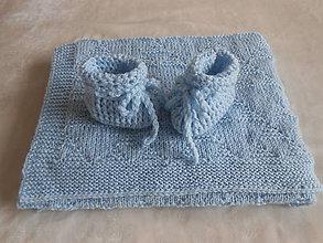 Textil - Pletená detská deka s papučkami - Belasé trojuholníky - 12250369_