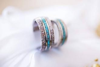 Prstene - Titanové obručký z parožia a tyrkysu - 12253779_
