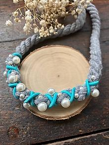 Náhrdelníky - Šedý pošitý perličkami s tyrkysovou - 12254288_