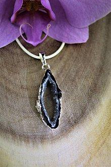 Náhrdelníky - krištálový prívesok - lemovaný rez, čierno-biely prírodný krištál AKCIA! - 12262861_