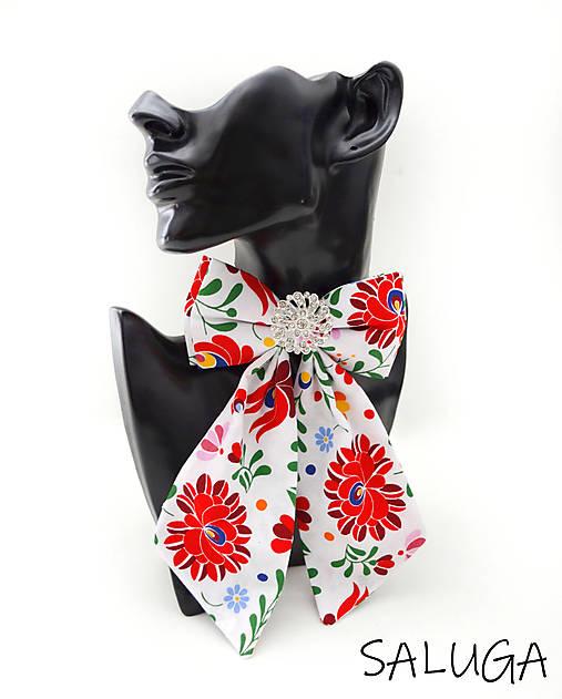 Dámsky motýlik - folklórny - s brošňou - biely - kvetinový