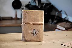 Papiernictvo - kožený zápisník HONEY BEE - 12265855_