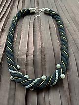 Antracitový pošitý perlami se zlatým detailem