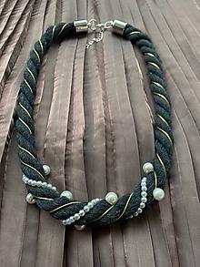 Náhrdelníky - Antracitový pošitý perlami se zlatým detailem - 12265901_