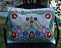 Úžitkový textil - Ručne vyšívaný vankúš A2 - 12267600_