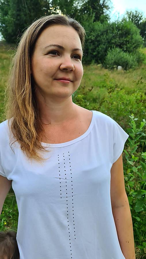 Šaty rovný strih M15 - biele, čierne bodky