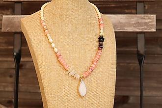Náhrdelníky - Náhrdelník z minerálov turmalín, mesačný kameň, mušlovina, howlit, perly - 12273351_