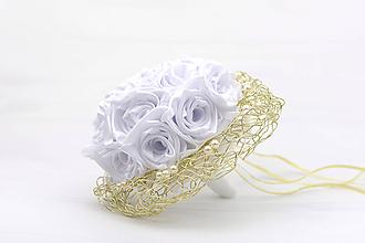 Kytice pre nevestu - Saténová svadobná kytica bielo-zlatá ruže - 12275688_