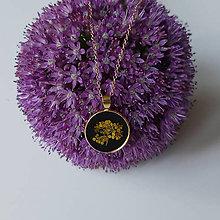 Náhrdelníky - Lúčne kvety zlatý náhrdelník - black - 12282846_