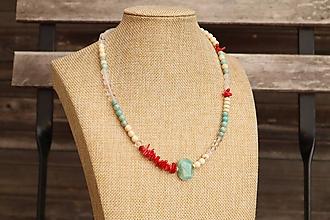 Náhrdelníky - Letný náhrdelník z minerálov amazonit, howlit, krištáľ, jadeit, korál - 12283896_