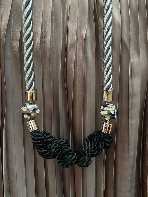 Černé uzlíky na šedém laně s malovanými korálky