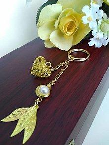 Kľúčenky - Kľúčenka zlatá (srdiečko s perličkou a lístkami) - 12297717_