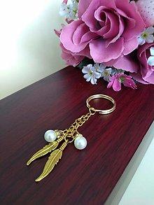 Kľúčenky - Kľúčenka zlatá (pierka s perličkami) - 12297821_