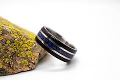Prstene - Titanový prsteň s Lapis Lazuli a ebenom - 12299990_