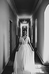 Šaty - Svadobné šaty so širším V výstrihom a tylovou sukňou - 12306736_