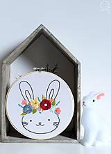 Detské doplnky - Vyšívaná dekorácia ZAJKO - 12308302_
