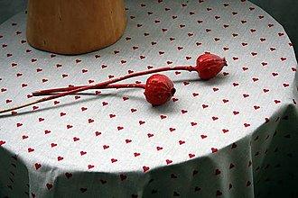 Úžitkový textil - Obrus. Vo farbe režnej s vínovo červenými srdiečkami. - 12310536_