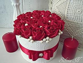 Dekorácie - Box plný červených ruží zo stúh. - 12310787_