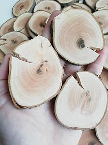 Dekorácie - Drevené plátky s prasklinou nepravidelné - priemer 4,5 - 6,5 cm - 12313892_