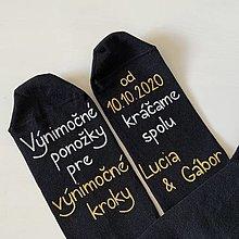 Obuv - Maľované ponožky pre ženícha (čierne s menami) - 12312658_