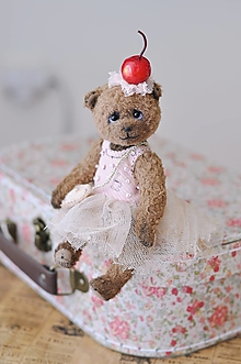 Hračky - Ručne šitý medvedík Kathy - 12320026_