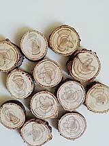 Dekorácie - Drevené plátky z tuje s prírodnou kresbou - cca 2,5 cm, balenie 12 ks - 12323581_