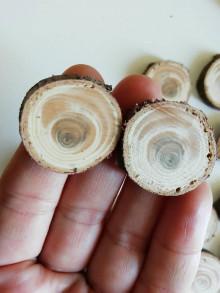 Dekorácie - Drevené plátky z tuje - očká (variant 4: cca 2,5 cm) - 12323538_