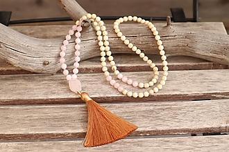 Náhrdelníky - Náhrdelník so strapcom a minerálmi ruženín a howlit - 12325206_