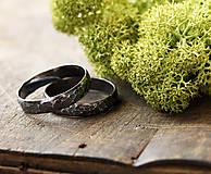 Prstene - Dva kované snubné v striebre s patinou - 12327733_