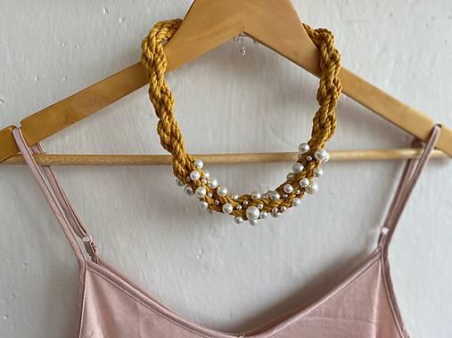 Hořčicový pošitý perlami