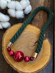 Náhrdelníky - Bordo korále na zeleném laně - 12339446_