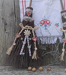 Dekorácie - metla z brezového prútia na chalupu : Malá a copatá - 12341917_