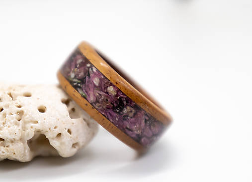 Drevený prsteň s kvetmi vresu