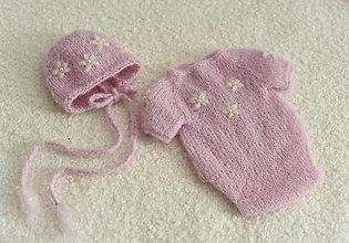 Detské oblečenie - Newborn svetloružové body a čiapočka s kvietočkami - 12344832_