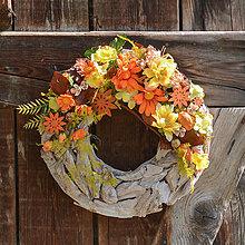 Dekorácie - Jesenný veniec na drevenom podklade - 12350480_