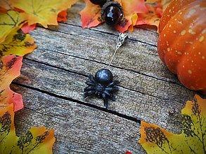 Náhrdelníky - Pavúk s bielymi nožičkami - 12352671_