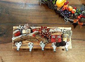 Nábytok - Drevený vešiak s červeným domčekom - 12353639_