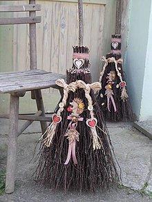 Dekorácie - metla z brezového prútia na chalupu : Malá a copatá - 12358093_