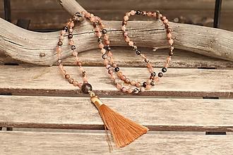 Náhrdelníky - Náhrdelník so strapcom a minerálmi slnečný kameň a rodonit - 12356295_