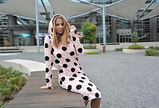 Šaty - Teplákové šaty Clara Pink Dots s kapucňou a predĺženým rukávom - 12363832_
