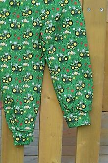 Detské oblečenie - Tepláčky Traktory na zelenej - 12376750_