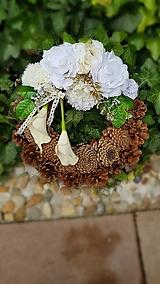 Dekorácie - šiškový veniec na hrob bielo-krémový s kálami 30 cm - 12381700_