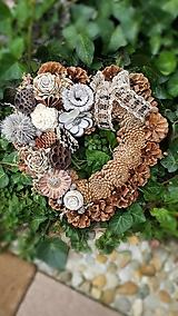 Dekorácie - prírodné šiškové srdce na hrob  30  cm - 12381735_